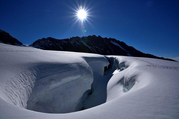 Riesige Gletscherspalten am Wegesrand