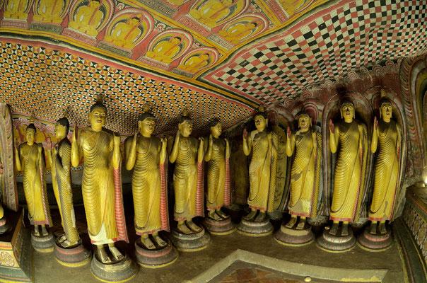 In den Höhlentempel von Dambulla stehen unzählige Buddhafiguren