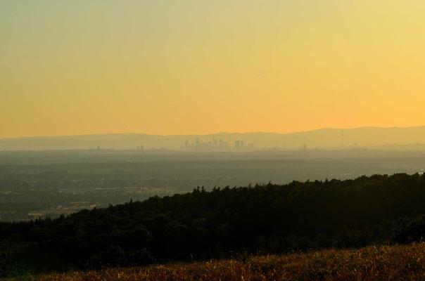Vom Spessart reicht der Fernblick bis nach Frankfurt und seiner Skyline. Dahinter erhebt sich der Spessart.