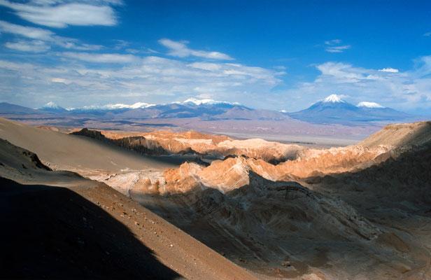 Von einer Mondlandschaft reicht der Bick bis zu den schneebedeckten Vulkanen, wie den Licancabur.