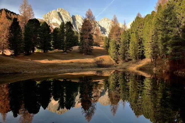 Bergsee vor der Geislergruppe im Herbstlichen Wald