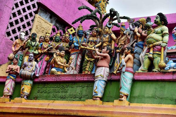 Sie wirken wie lebende Figuren, beim Hindutempel in Matale