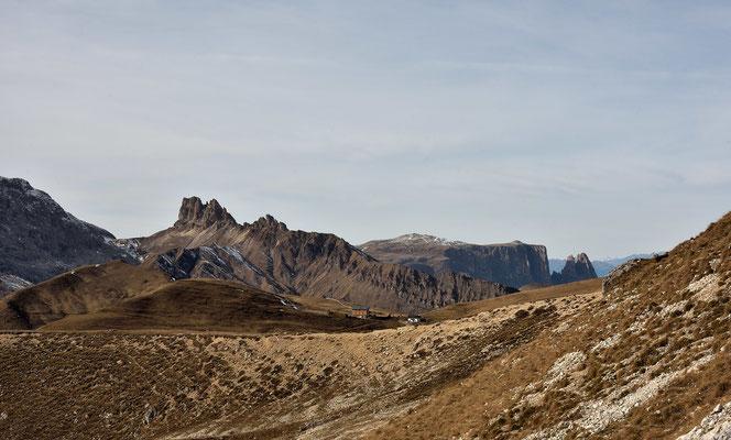 Die Pattkofelhütte , im Hintergrund sind die Roßzähne , Roterd Spitze und der Schlern