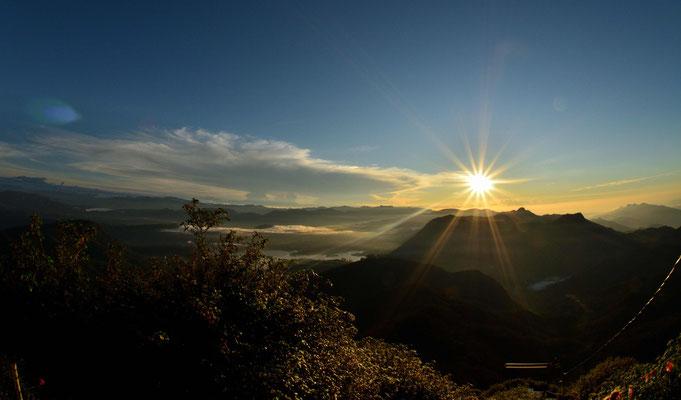 Die Morgensonne steht über dem Hochland