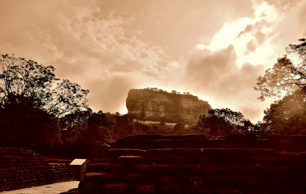 Die Felsenfestung Sigiriya, ist die wohl am bekannteste Sehenswürdigkeit von Sri Lanka, aber auch ziemlich überlaufen.