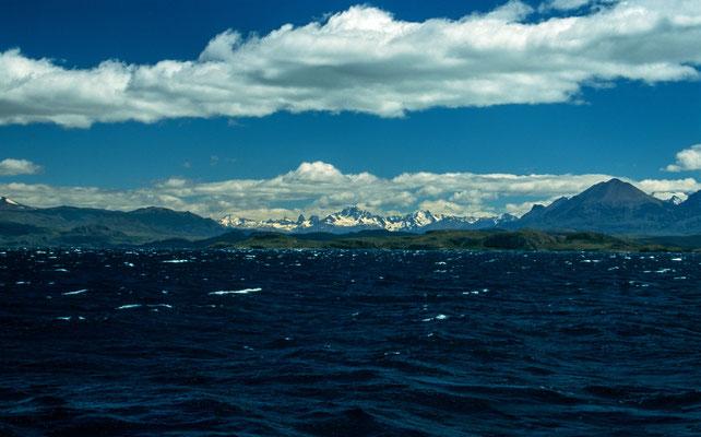 """Auf dem Lago General Carrera überquert man die Grenze von Argentinien und Chile. Im Hintergrund die Berge des """" Cerro Castillo"""""""