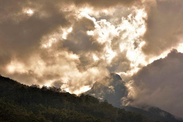 Hach einem Regenschauer lichten sich die Wolken, und der Adams Peak kommt zum vorschein.