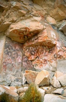 Unterwegs machten wir rast und besuchten einen Ort, an dem vor Urzeiten Menschen Höhlenmalereien hinterlassen haben.