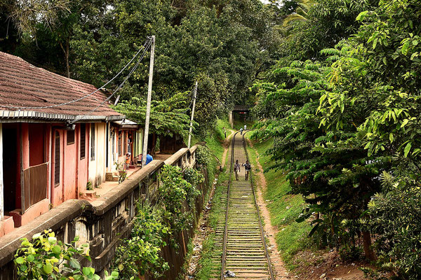 Ein tybisches Bild in Sri Lanka, Menschen die auf den Gleisen laufen, hier in Kandy.