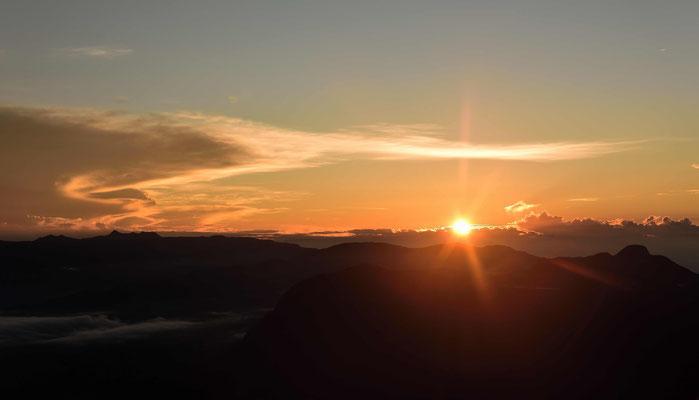 Der Magische moment, an dem die Sonne am Horizont aufgeht.