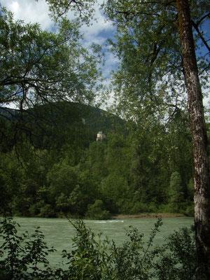 Blick über die Drau auf eine Burg