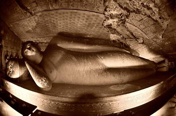 Einer von vielen liegenden Buddhas in den Höhlen von Dambulla
