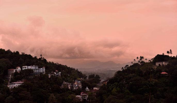 Die alte Königsstadt Kandy am Abend