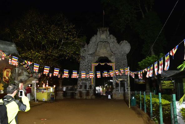 Der Weg über die Stufen ist in der Hauptreisezeit beleuchtet und es gibt am Wegesrand Teehäuser.