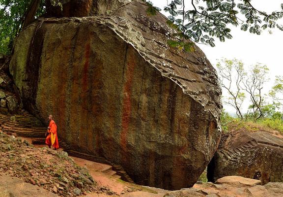 Ein Mönch auf dem Weg nach Sigiriya