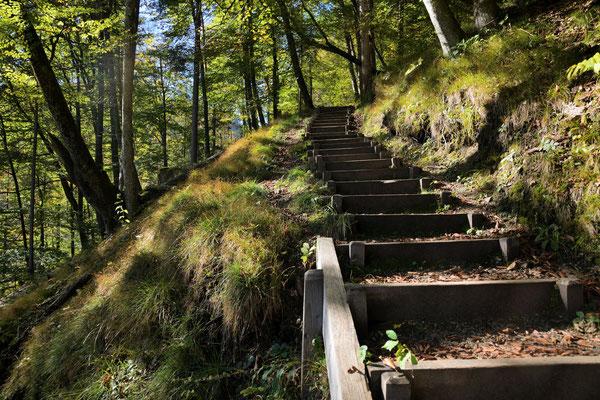 Treppenstufen hinab zur Kugelmühle