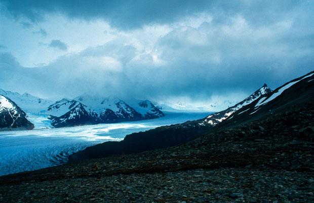 Der Scheitelpunkt war geschafft auf dem Passo John Garner auf 1300 m höhe. Von hier hat man einen fantastischen Blick auf den Greygletscher der sich vom Inlandeisfeld erstreckt.