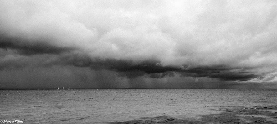 Ein Sturm kommt auf.
