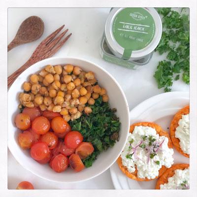 Boerenkool salade met geroosterde tomaat en kikkererwten