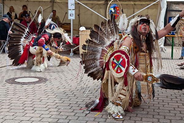Indianertänze mit Robert Crazy Eagle und Mo Tsa la gie