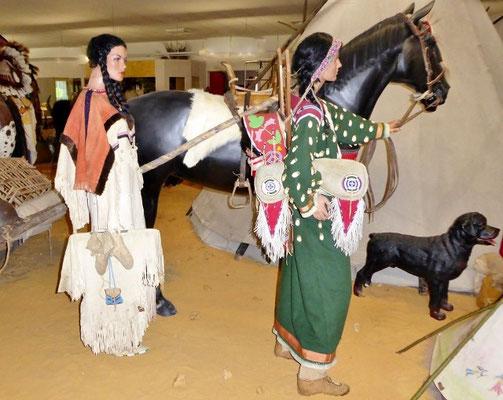 Das Leben der indianischen Frauen    Die Prärielandschaft zeigt indianische Frauen und Mütter die mit Kindern, Pferd und Travois unterwegs sind.   COPYRIGHT: Esther Merbt