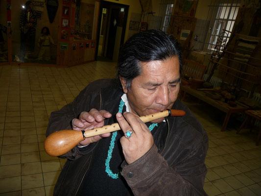 Cory Yukatan spielt indianische Flöte