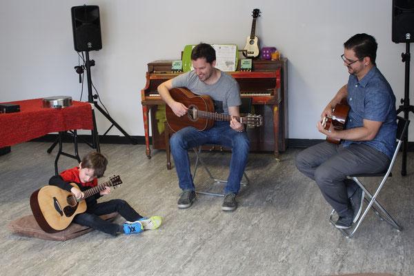 Lucas, 5 ans, accompagné par son papa et prof Ricardo