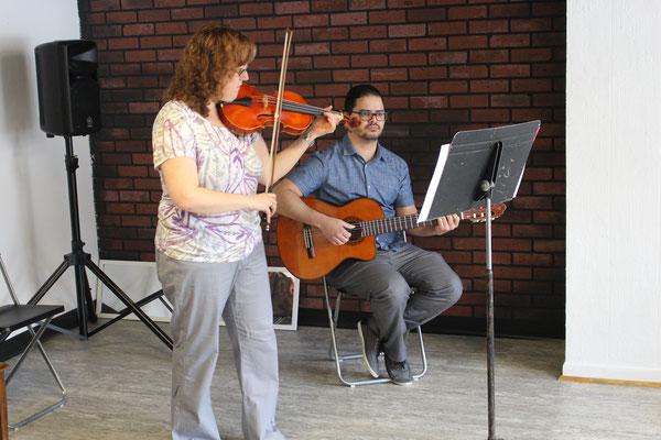 Miriam, élève de violon, accompagnée par prof Ricardo
