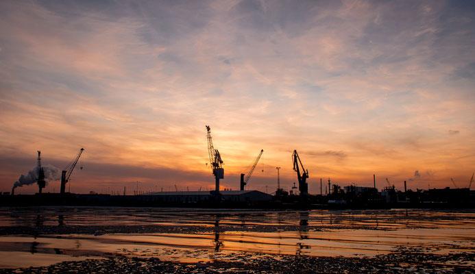 Der Hafen während des Sonnenuntergangs