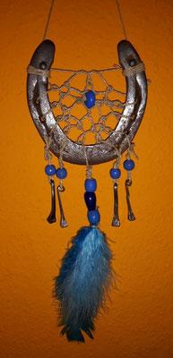 Sun Glücksfänger mit Sisalband, verschiedenen blauen Holzperlen, blauen Federn und Hufnägeln