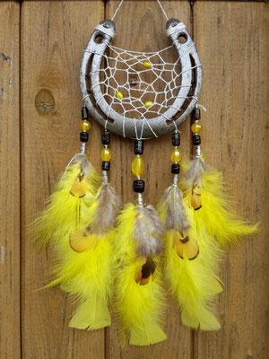Glücksfänger Sun in Gelb mit silbernem Lurexgarn, gelben und schwarzen Glasperlen, verschiedenen gelben Federn (Truthahn- und Flauschfedern) und Fasanenfedern