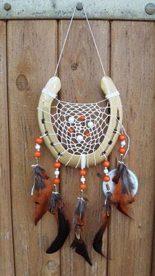 Glücksfänger Sun in Gold mit weißem Baumwollgarn, Holzperlen in weiß und orange und Messingmetallperlen. Die Federanhänger sind mit Fasanen- und Hahnenfedern gestaltet.