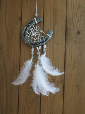 Moon Glücksfänger mit gewachstem Baumwollgarn,verschiedenen geschliffenen Glasperlen und weißen Flauschfedern