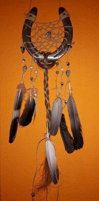 Sun Glücksfänger mit Sisalband, verschiedenen weiß-schwarz-gold-gemusterten Perlen, Taubenfedern und Schweifhaar