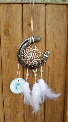 Moon Glücksfänger mit gewachstem Baumwollgarn,verschiedenen geschliffenen Glasperlen, Metallperlen und weißen Hahnen- und Flauschfedern.