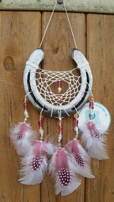 Glücksfänger Sun mit weißem Baumwollgarn, Glasperlen in verschiedenen Rosatönen und silbernen Metallperlen. Die Federanhänger sind mit Perlhuhfedern gestaltet.