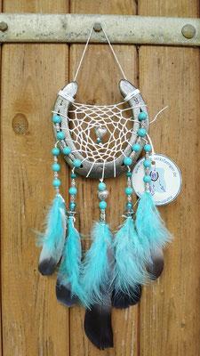 """Exquisiter Glücksfänger """"Sun"""" mit weißem Baumwollgarn, Keramik-, Holz- und Glasperlen in türkis. Er hat nicht nur Federanhänger, die mit Taubenfedern und türkisen Flauschfedern geknüpft sind sondern auch die Nagelrillen sind mit Perlen verziert."""