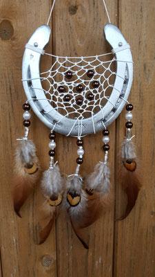 Glücksfänger Sun mit Lurexgarn, verschiedenen permuttfarbenen Perlen in dunkelbraun und weiß. Die Federanhänger sind mit Hahnen- und Fasanenfedern in Brauntönen.