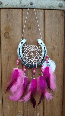 Glücksfänger Sun mit weißem Baumwollgarn, Holzperlen in verschiedenen Pinktönen und silbernen Metallperlen. In der Mitte des Netzes ein Einhornanhänger. Die Federanhänger sind mit Hahnenfedern gestaltet.