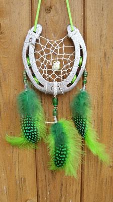 Glücksfänger Sun mit Lurexgarn, Glasperlen in verschiedenen Grüntönen und in der Mitte einer Eulen-Keramikperle. Die Federanhänger sind mit Flausch- und Perlhuhnfedern gestaltet. Als Aufhängeband dient hier ein schmales Schleifenband.