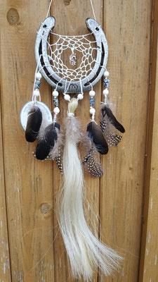 Glücksfänger Sun mit weißem Baumwollgarn, Perlen in Weiß und meliert und in der Mitte einem Einhornanhänger. Die Federanhänger sind mit Krähen- und Perlhuhnfedern gestaltet und als Highlight eine Schweifhaarsträhne in der Mitte!
