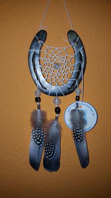 Glücksfänger Sun mit weißem Baumwollgarn, Glasperlen in weiß und schwarz sowie Ornamentmetallperlen. Die Federanhänger sind mit Tauben- und Perlhuhnfedern gestaltet