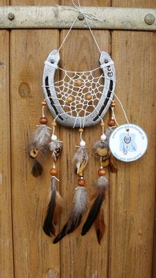 Glücksfänger Sun mit Baumwollgarn, Holzperlen in Weiß, verschiedenen Brauntönen und Ornamentmetallperlen. Die Federanhänger sind mit Fasanen- und Hahnenfedern gestaltet. Der Anhänger weist ihn als Original-Glücksfänger aus.
