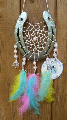 Glücksfänger Sun mit weißem Baumwollgarn, rosa und weißen Perluttperlen sowie Ornamentmetallperlen und kristallförmigen Perlen. Die Federanhänger sind mit regebogenfarbenen Flauschfedern gestaltet. Er könnte fast von einem Einhorn stammen ... ;)