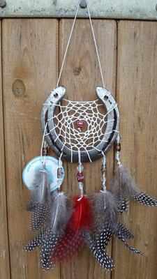Glücksfänger Sun mit weißem Baumwollgarn, Glasperlen in rot-grau und silbernen Metallperlen. Die Federanhänger sind mit Perlhuhfedern gestaltet.