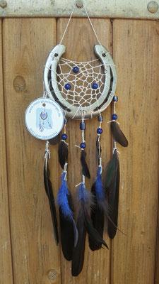 Glücksfänger Sun mit silbernem Lurexgarn, blauen Glasperlen und Ornamentmetallperlen. Die Federanhänger sind mit Krähen- und Flauschfedern gestaltet. Der Anhänger weist ihn als Original-Glücksfänger aus.