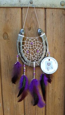Glücksfänger Sun mit silbernem Lurexgarn, lila Perlmuttperlen und Ornamentmetallperlen. Die Federanhänger sind mit lila Hahnenfedern gestaltet. Der Anhänger weist ihn als Original-Glücksfänger aus.