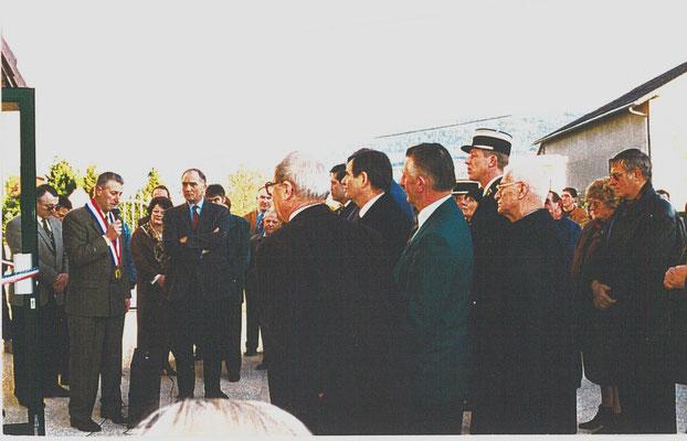 Inauguration de la mairie en 1995 en présence de Charles Millon, ministre de la défense