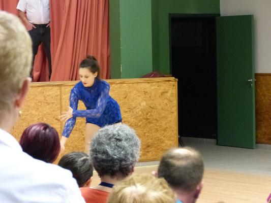 La Nièce de Carina, passionnée et experte en danse moderne