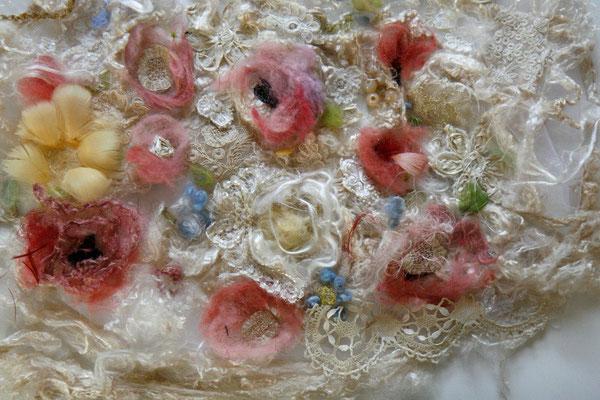 Mariam Partskhaladze. Préparation da la robe de mariée, laine, soie, dentelle, plume